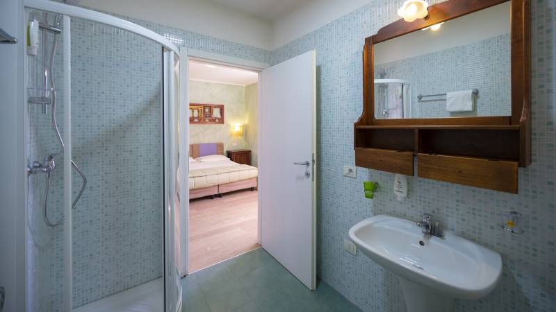 Villa-Bellaria-Bed-and-Breakfast-Riva-del-Garda-Doppelzimmer-badezimmer-3-DSC0715